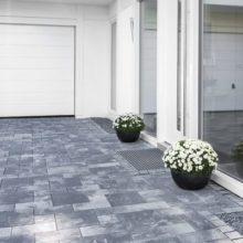 Pflasterungen: Außenanlage vor dem Haus mit Pflastersteinen. Die Pflasterarbeiten wurden vom Fachmann durchgeführt.